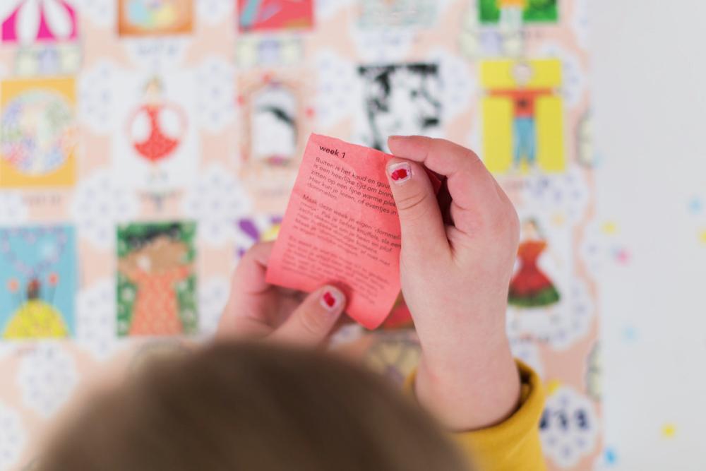 Een briefje met een opdracht uit een van de luikjes van de be-leefkalender van Gelukjesdag