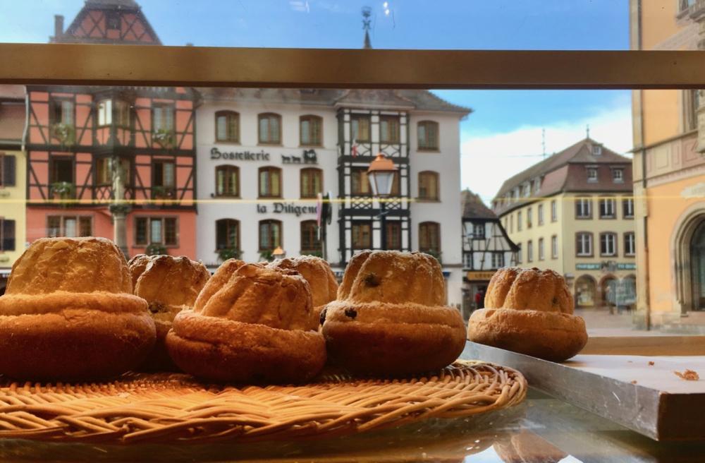 Lekkere cake met op de achtergrond de kleurrijke huizen van Obernai