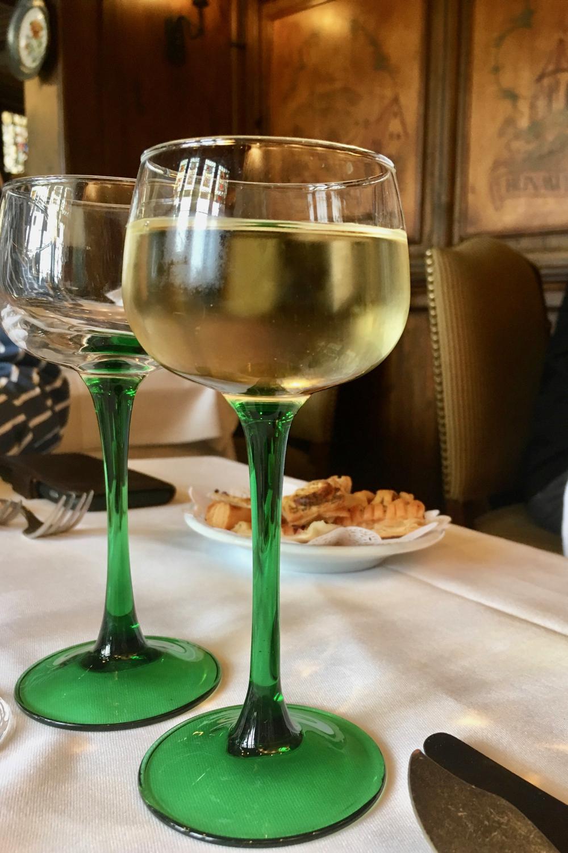 Karakteristieke wijnglazen uit de Elzas, met een groene voet