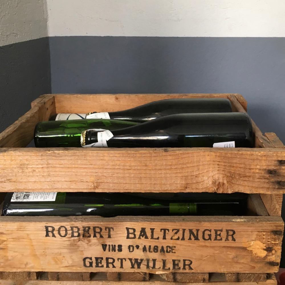 Wijn proeven, wijn flessen in houten kratten