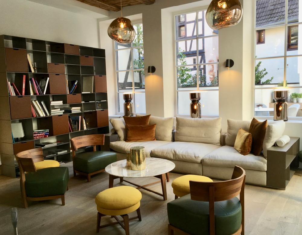 De lounge met comfortabele bank en fauteuils
