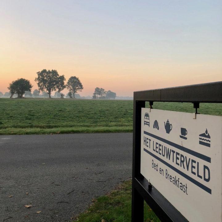 Bord langs de weg, bij zonsopgang, met aankondiging voor de B&B