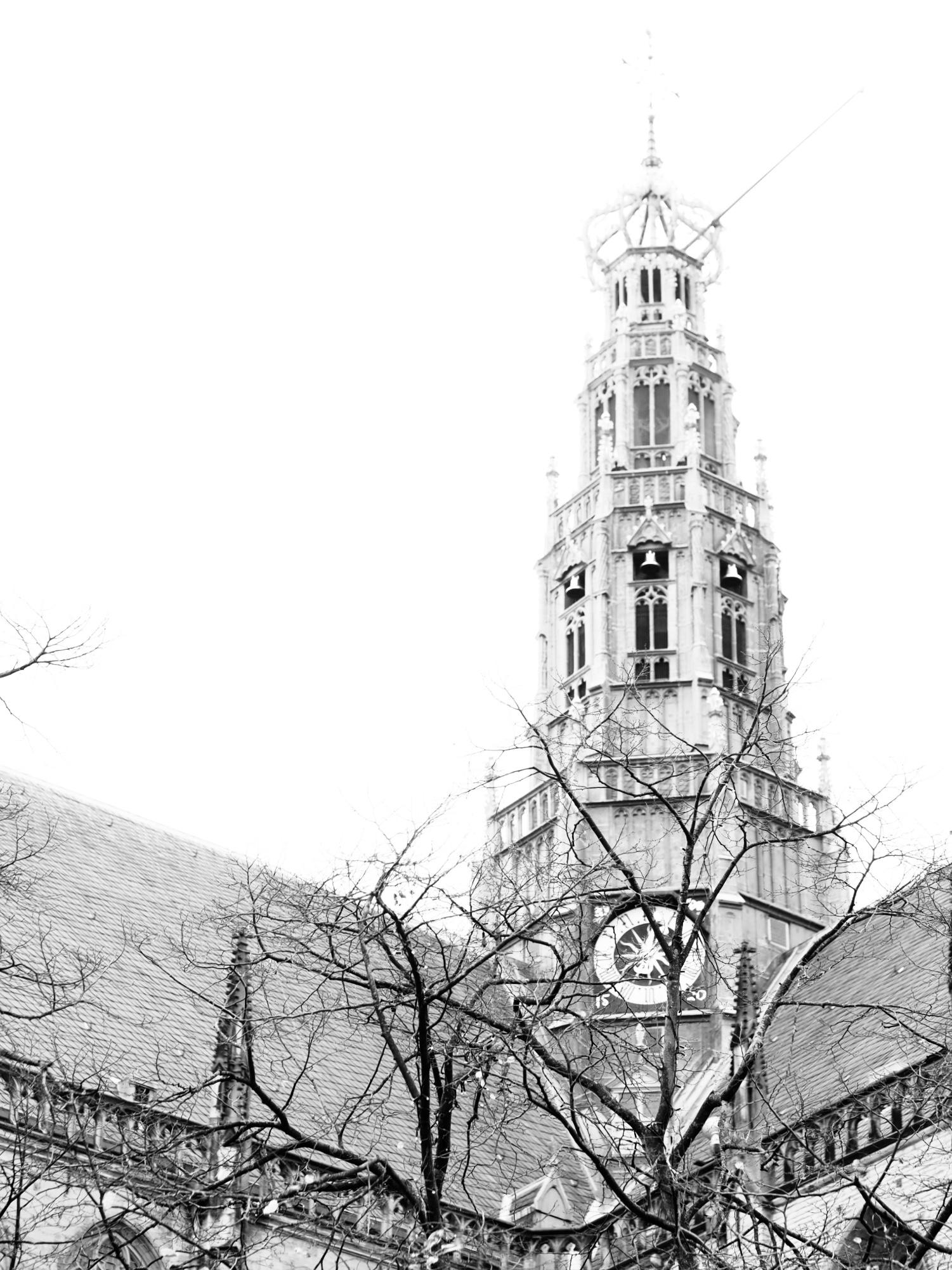 Zwart-wit foto van een kerktoren in Haarlem