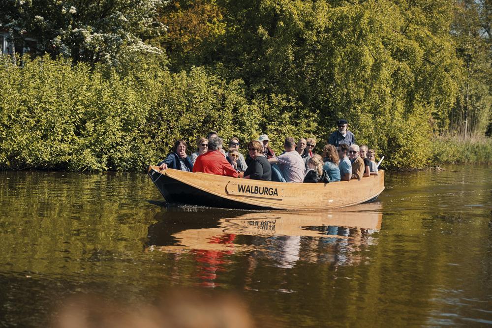 Een authentieke boot op het water in Zutphen, tijdens een rondvaart