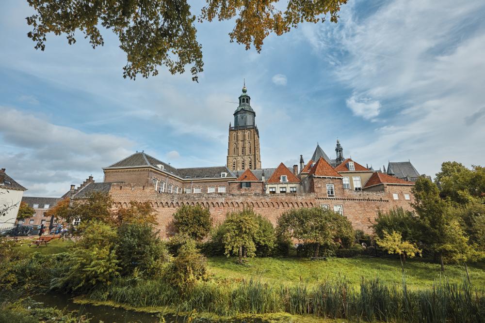 Vanaf de Martinetsingel heb je het mooiste uitzicht op de stad Zutphen, met stadsmuur, torens en oude panden