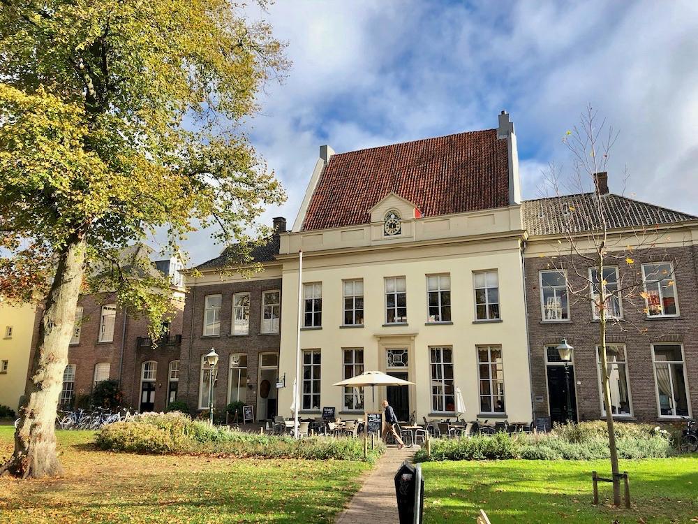 Statige panden in een hofje in Zutphen