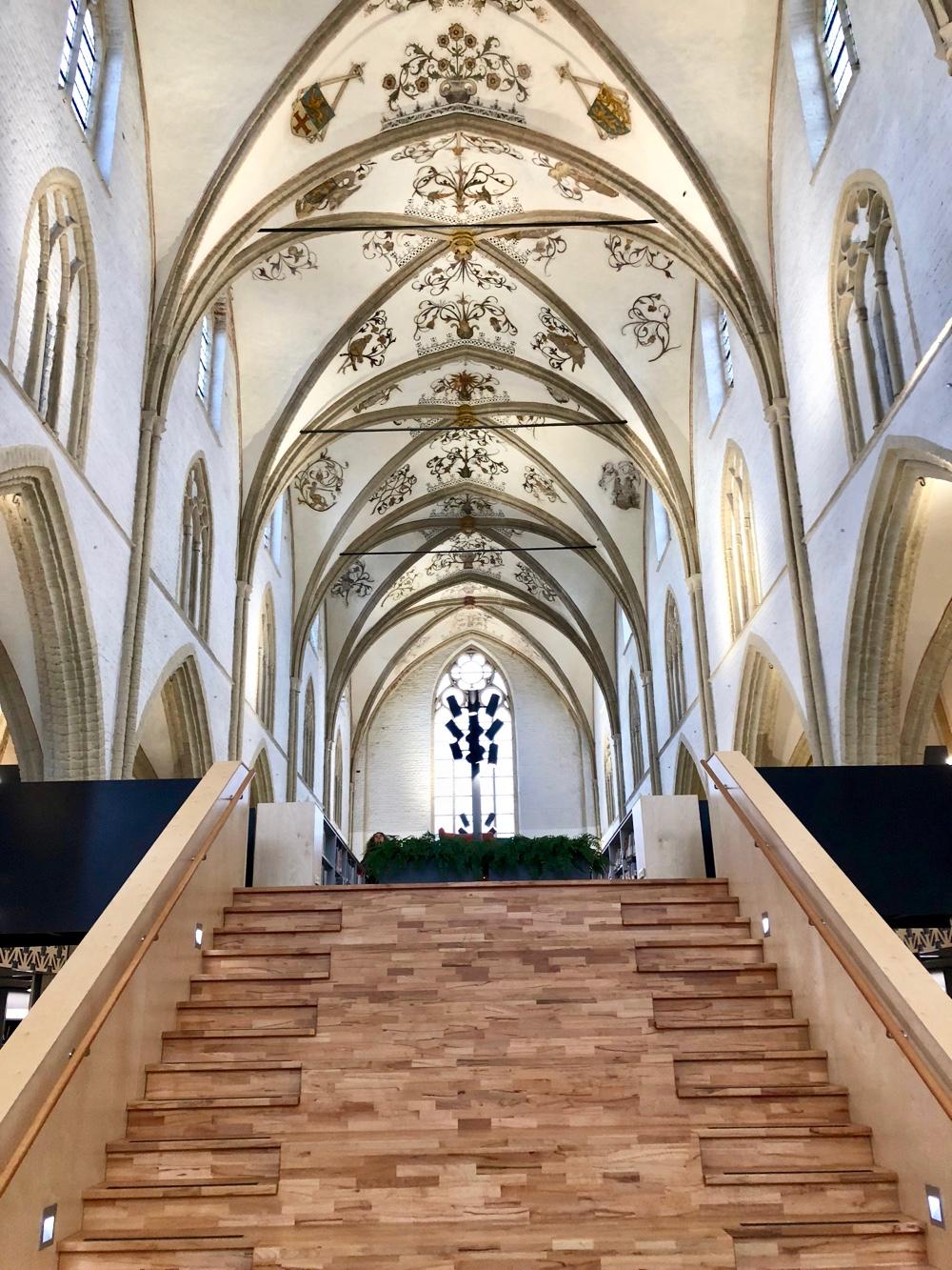 Openbare bibliotheek in de kerk in Zutphen