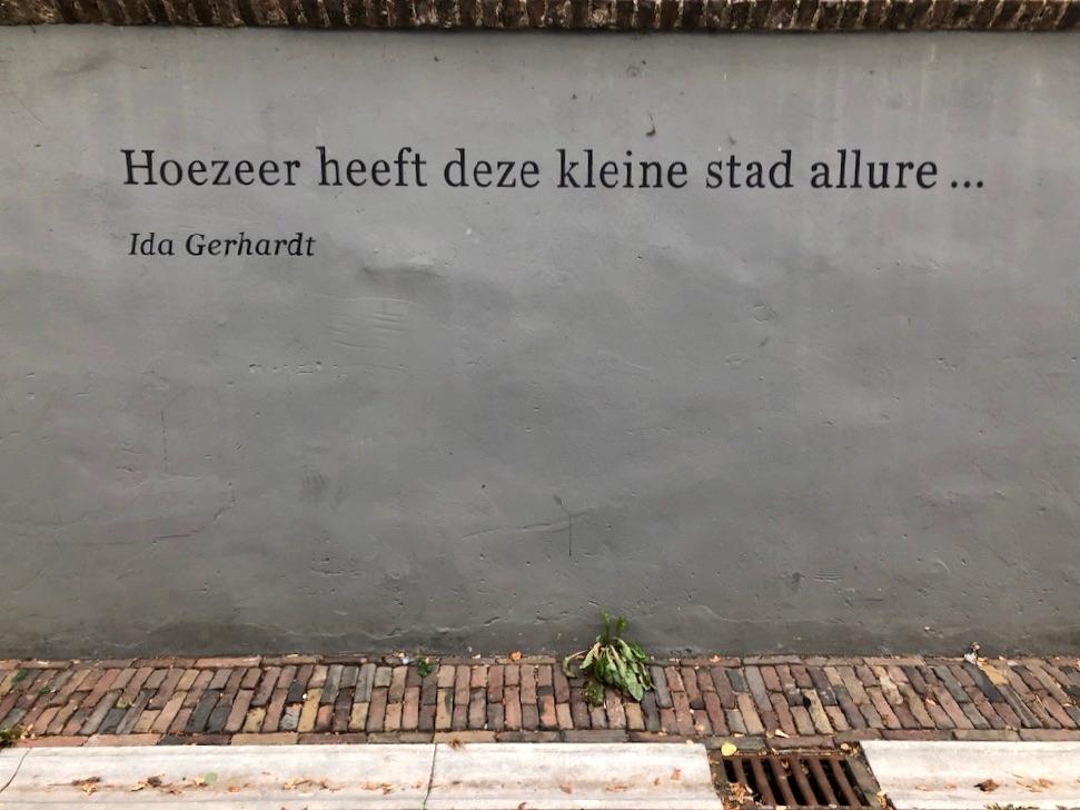 Een tekst op een grijze muur in zutphen: Hoezeer heeft deze kleine stad allure