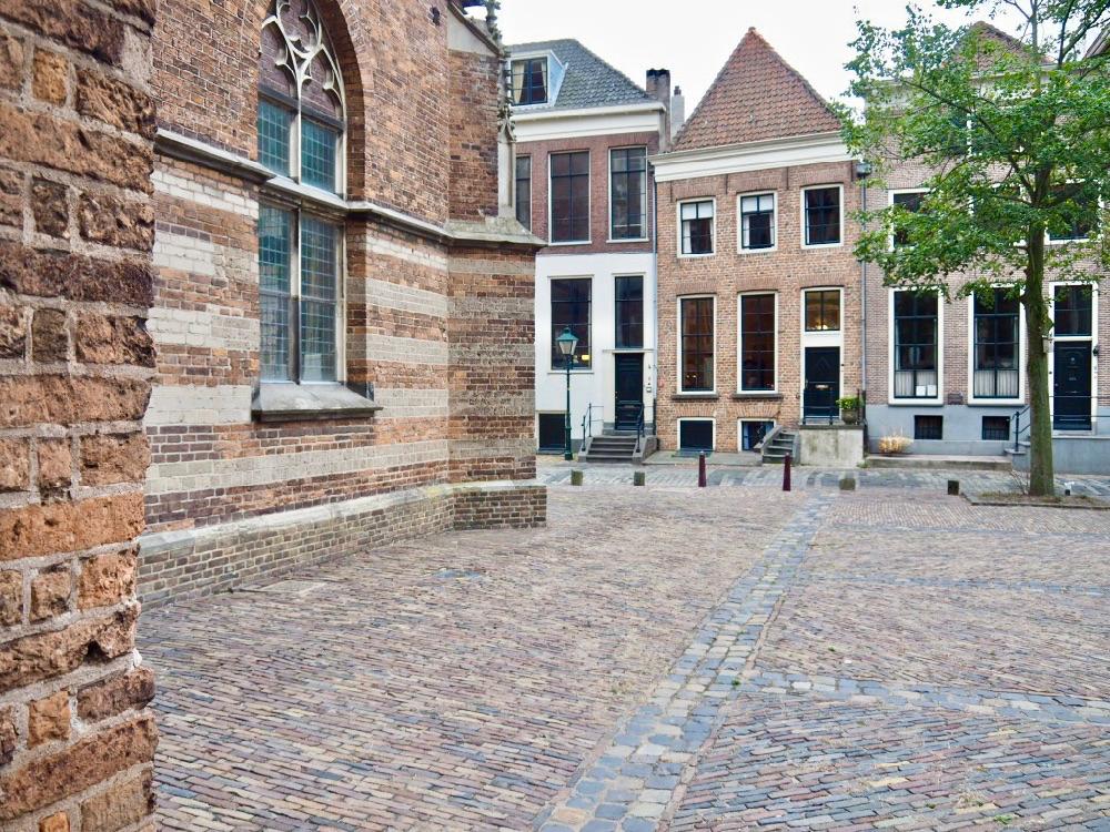 De zijkant van de imposante Walburgiskerk in Zutphen met een rijtje historische gevels