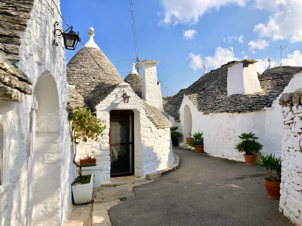 Witte trulli in het meest beroemde dorp van Puglia: Alberobello