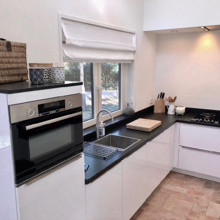 Luxe witte keuken met inbouwapparatuur in Huis ter Bos