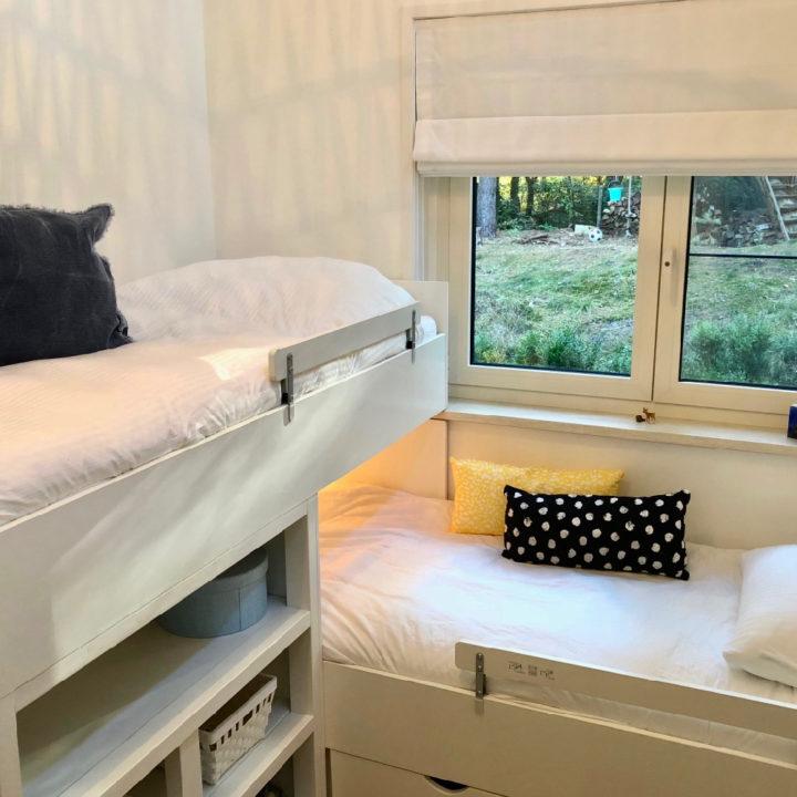 Slaapkamer met twee eenpersoons bedden, boven elkaar.