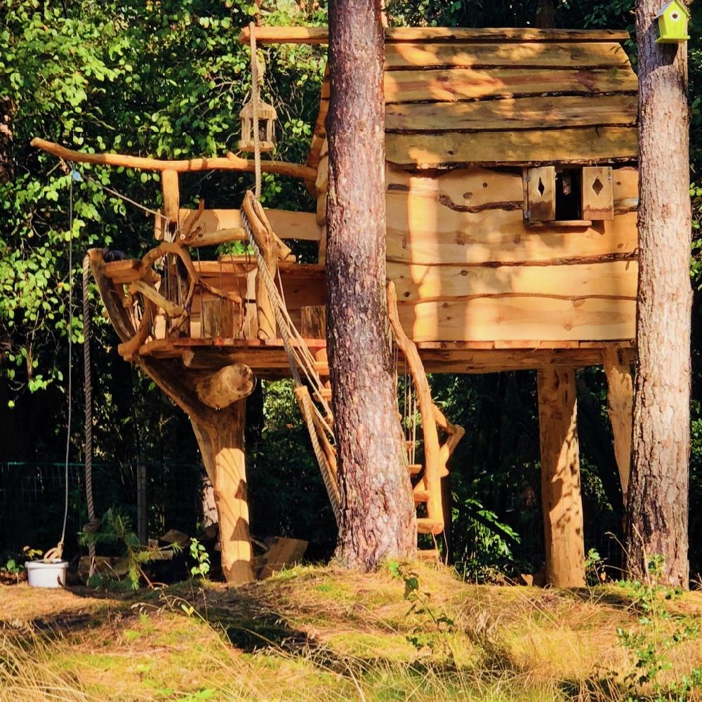 Een stoere boomhut in de tuin van Huis ter Bos.