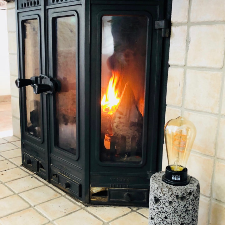 Brandende haard in de woonkamer van de vakantiebungalow