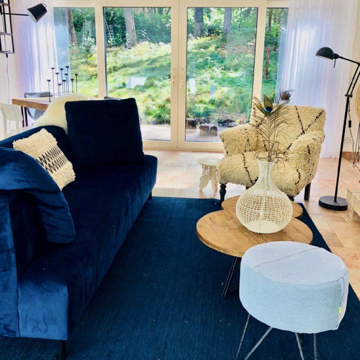 Blauwe bank, blauw kleed, fauteuil in de woonkamer