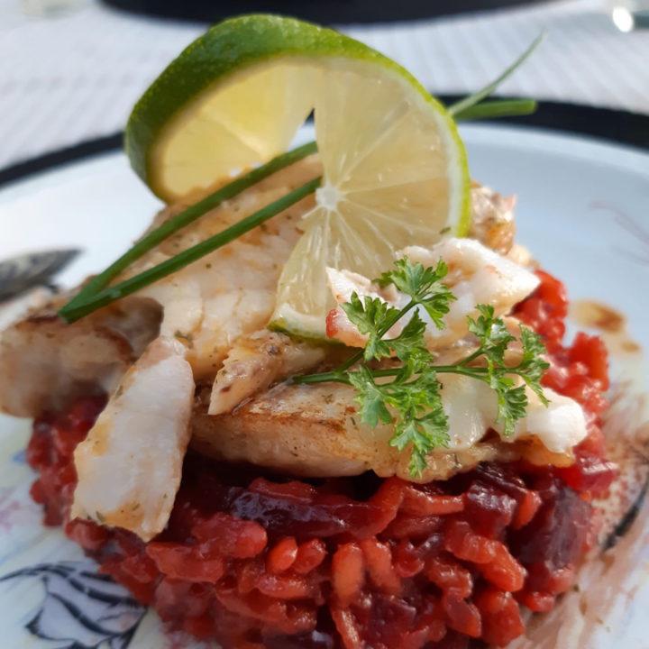 Een risotto van rode bieten met vis en limoen