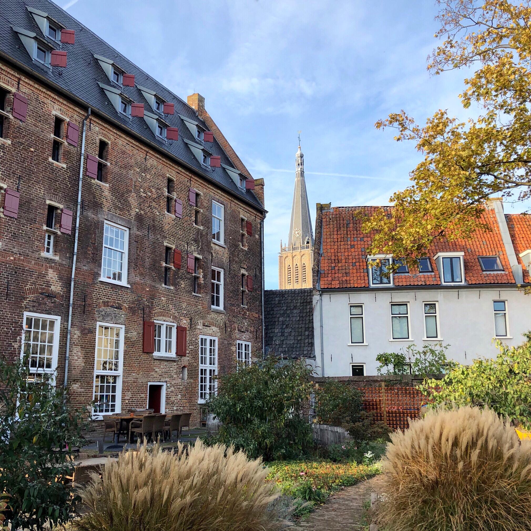 Eeuwenoud pand in hartje Doesburg, met tuin in herfstkleuren