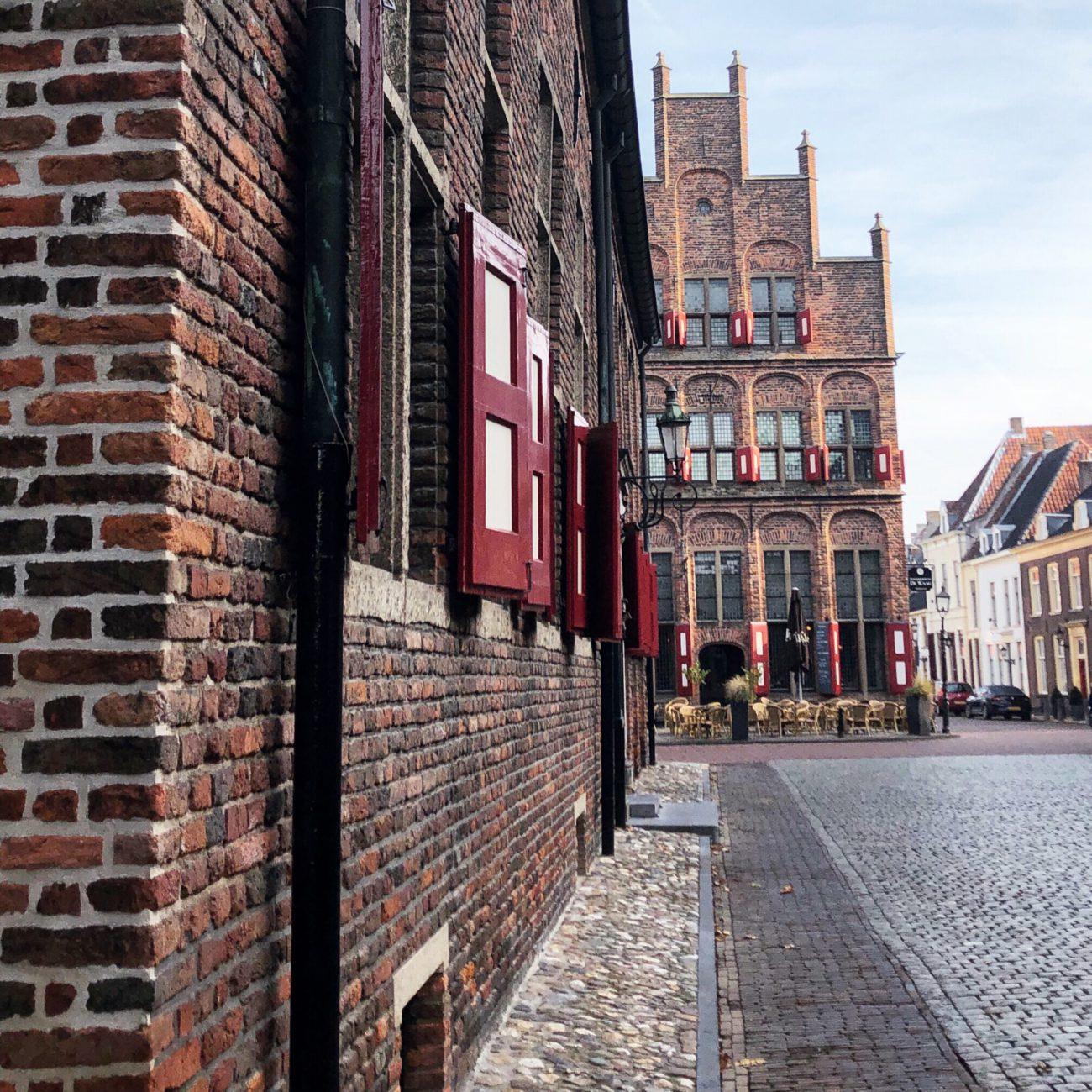 Rood met witte luiken op de gevel van de Waag in Doesburg
