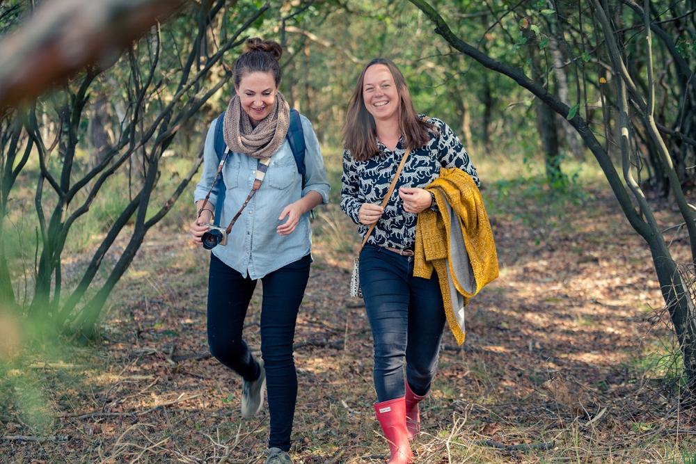 Twee dames in het bos, de auteurs van het Bier en Appelsap wandelboek