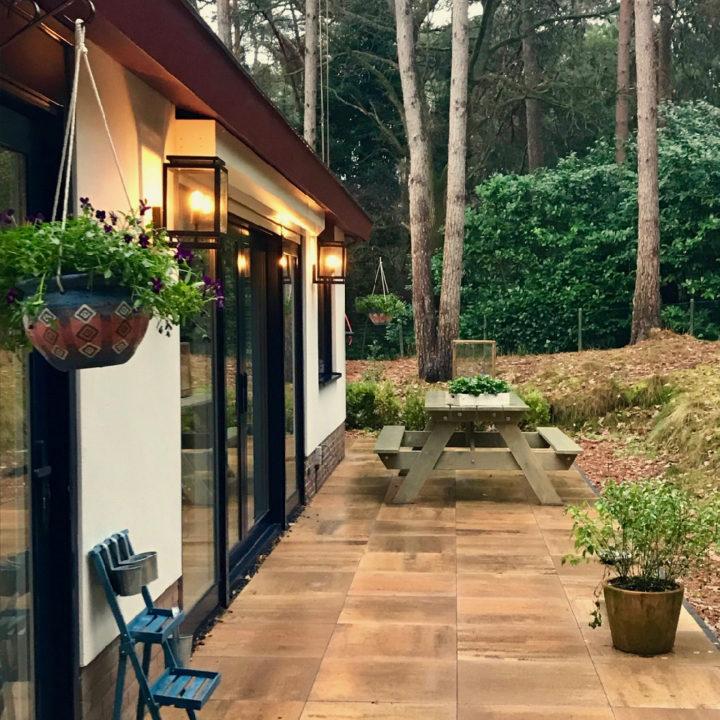 Witte bungalow met terras en picknicktafel