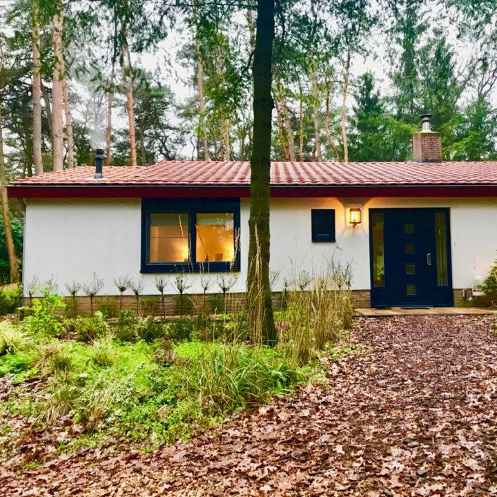 Witte bungalow met oranje pannendak