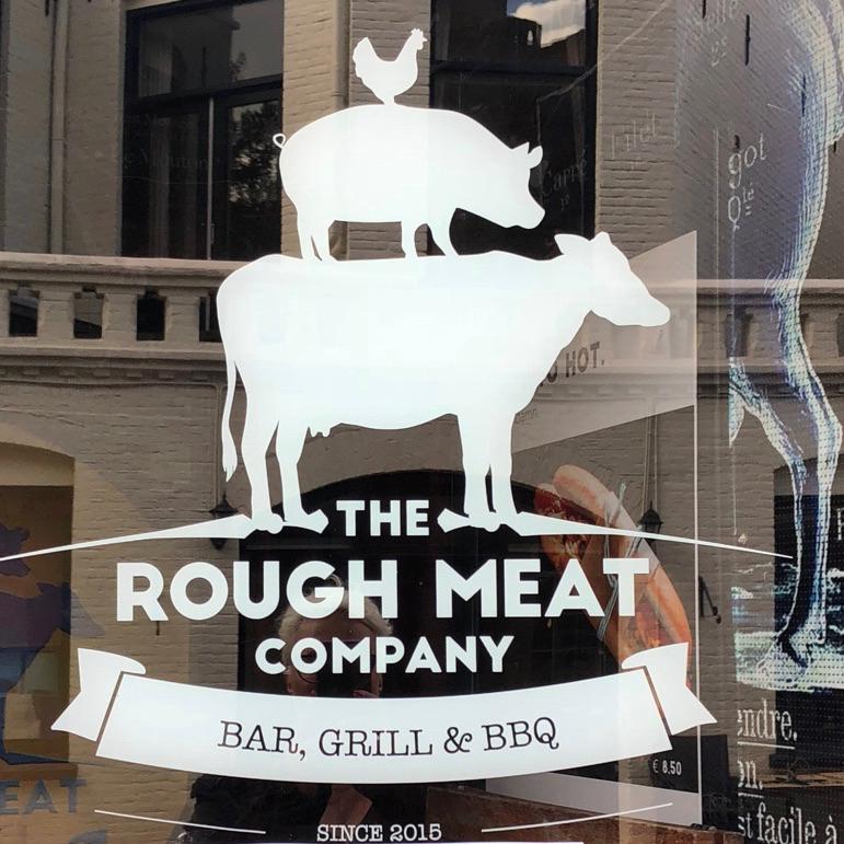 De etalage van Restaurant the Rough Meat in Zutphen, met een raamsticker met daarop een kip, koe en varken
