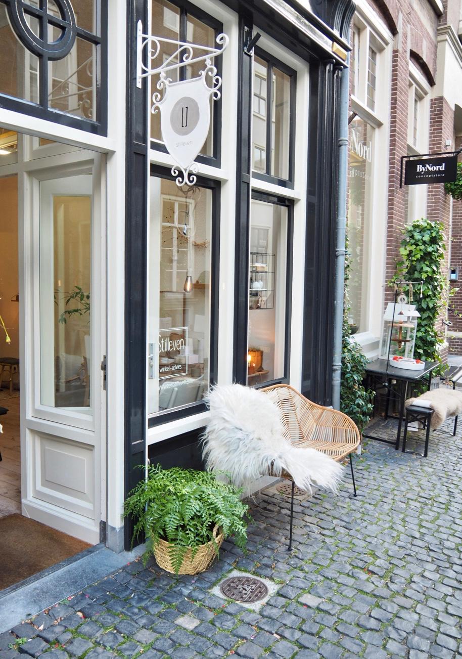 De gevel met een rotan bankje ervoor van Stilleven, conceptstore in Zutphen