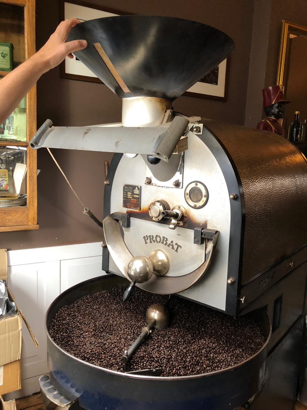 Een koffiebrander in werking bij de Pelikaan in Zutphen