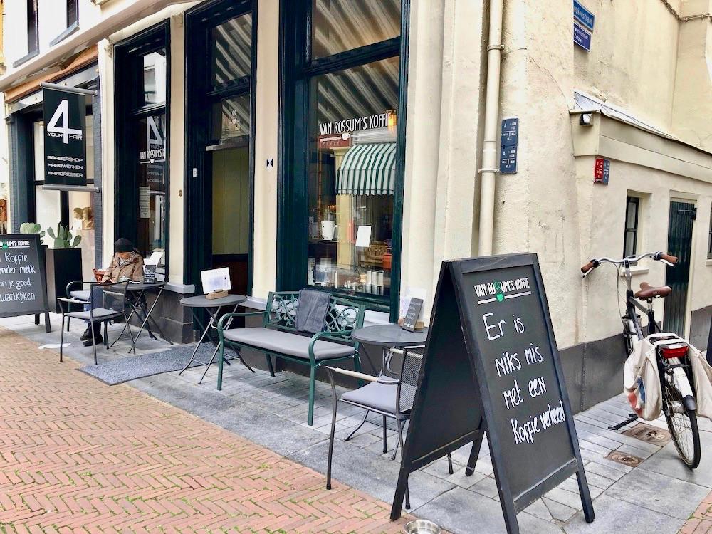 De gevel van Van Rossums Koffie in Zutphen met een zwart krijtbord met slogan.