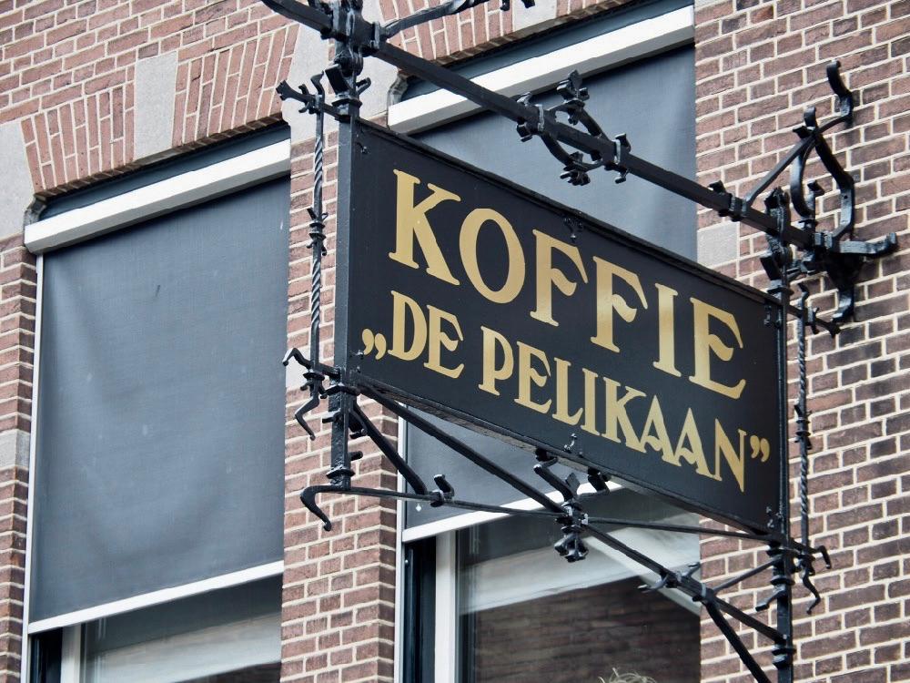 Uithangbord met Koffie 'de Pelikaan', zwart met gouden letters