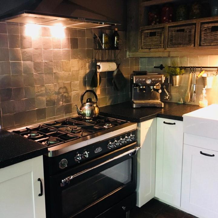 Keuken met groot zwart fornuis