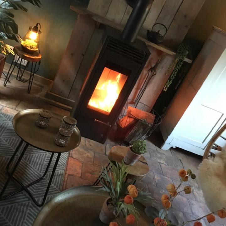 Brandende houtkachel in de woonkamer