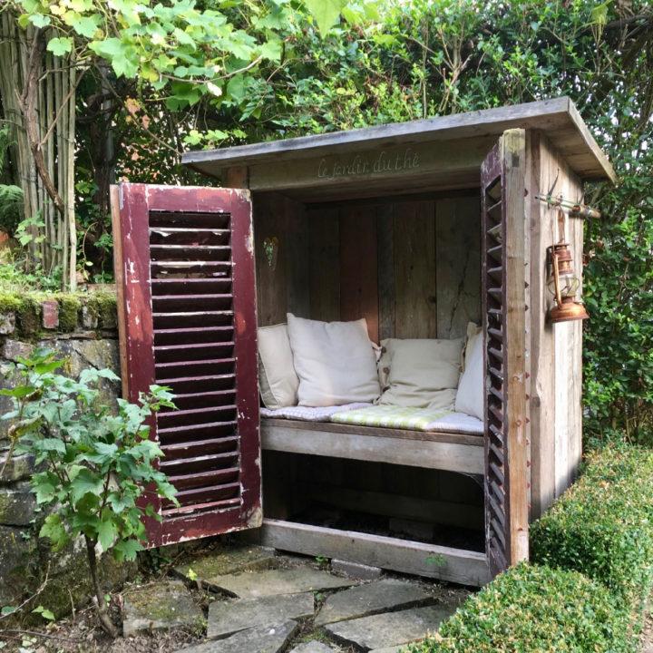 Zitje in de tuin, in een houten kast met luiken