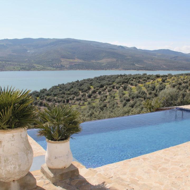 Prachtig zwembad met zicht op meer en boomgaard