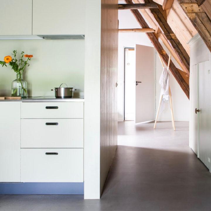 Doorkijkje van keuken naar slaapkamer
