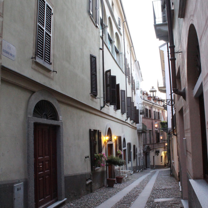 Een smal straatje in een stadje