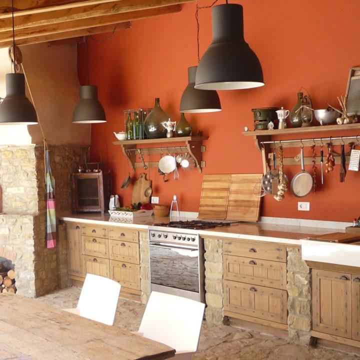 Houten keuken met oranje wand