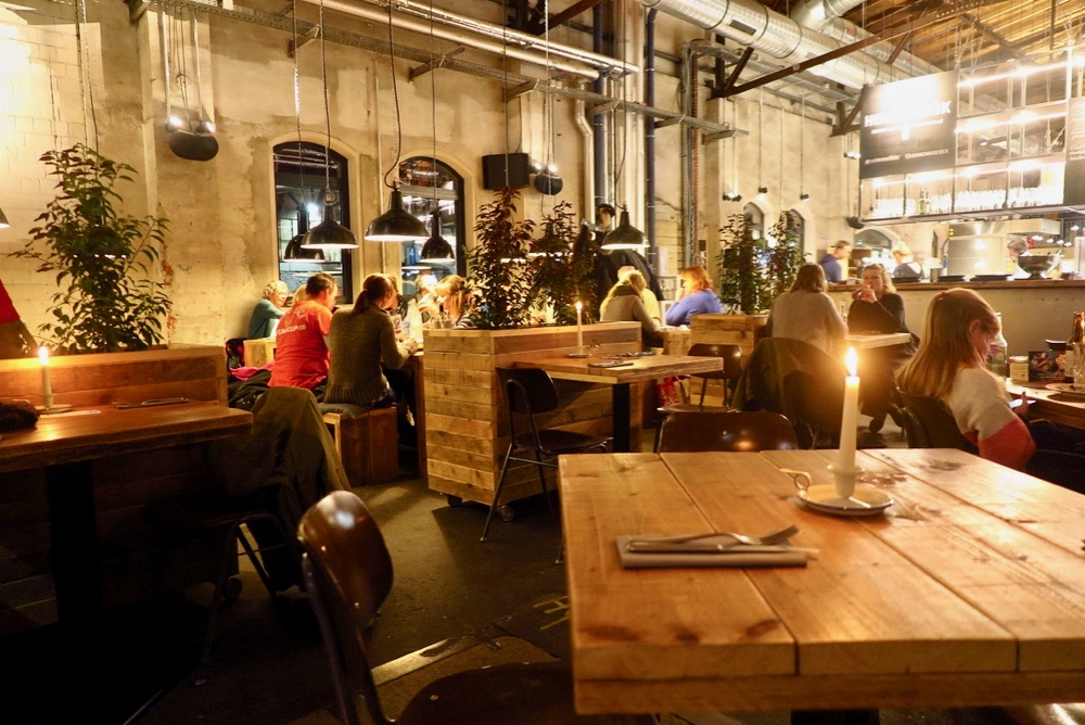 Restaurant de havenkeuken in Hamburg, een warm en industrieel interieur