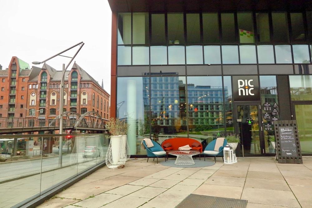Buitenzijde van Picnic, een restaurant met grote glazen gevel.