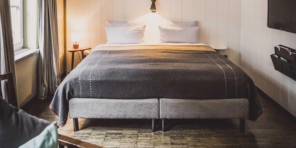 Een slaapkamer met een tweepersoons bed