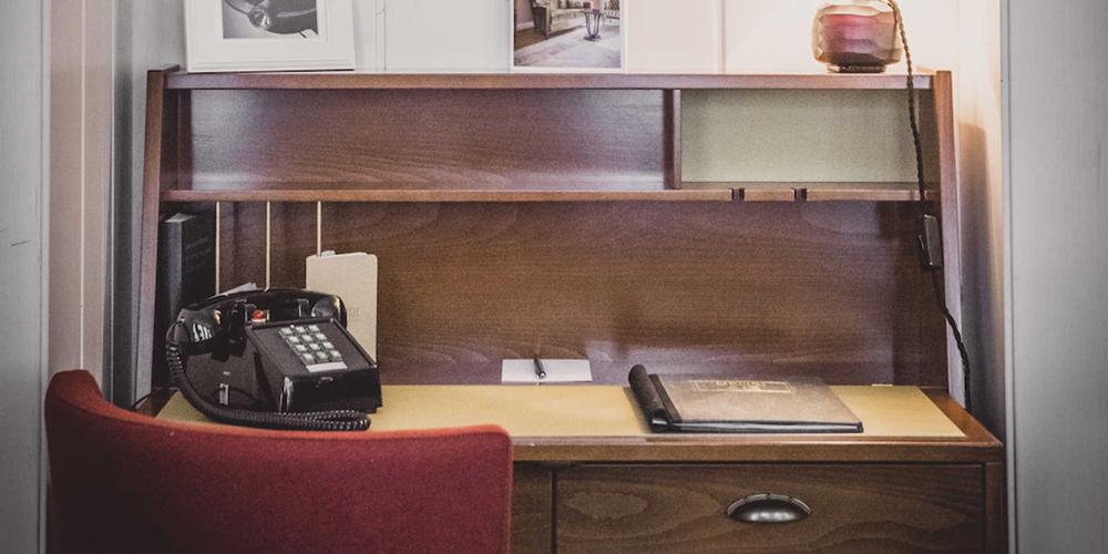 Ouderwets dressoir met een ouderwetse telefoon erop