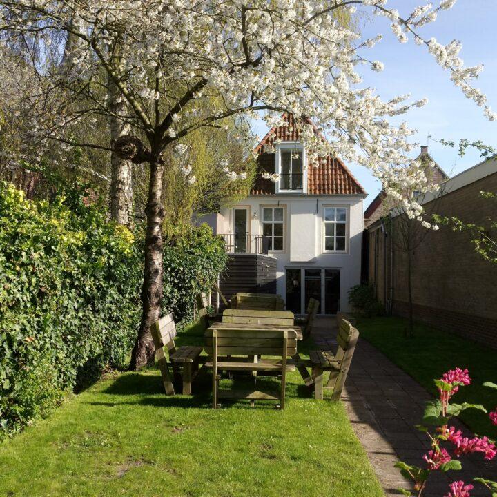 De tuin van Buterhus in Balk, bij de appartementen voor een weekendje weg en vakantie
