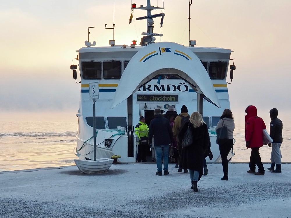 De ferry van en naar Stockholm, passagiers verlaten de boot in de ochtendzon
