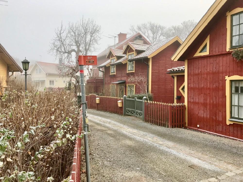 Typische rode houten Zweedse huisjes op een rij, vlakbij Vaxholm B&B