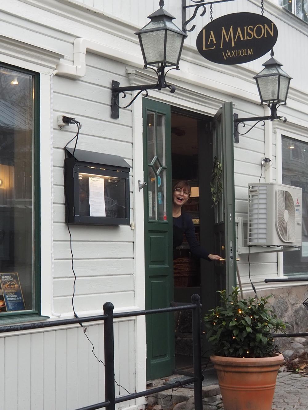 De witte houten voorgevel van een koffietentje op Vaxholm