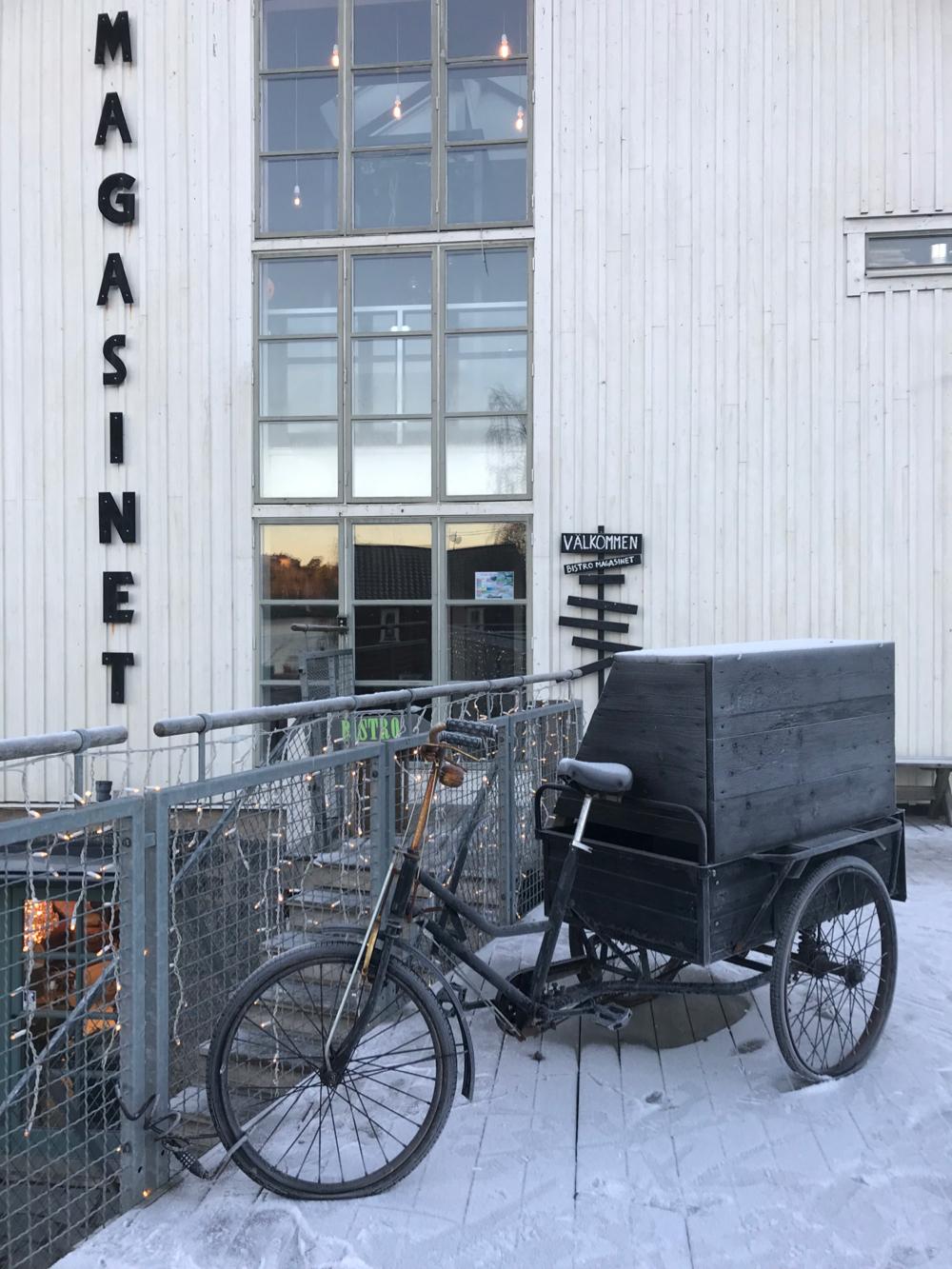 Woonwinkel met zwarte bakfiets er voor
