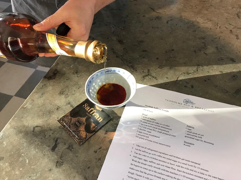 Een papier met recept en een porseleinen kommetje met sterke drank