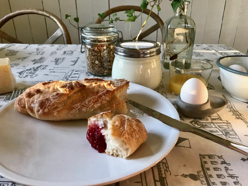 Ontbijt met een eitje, brood met jam en verse melk