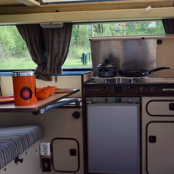 Camper interieur met keukentje en pannen