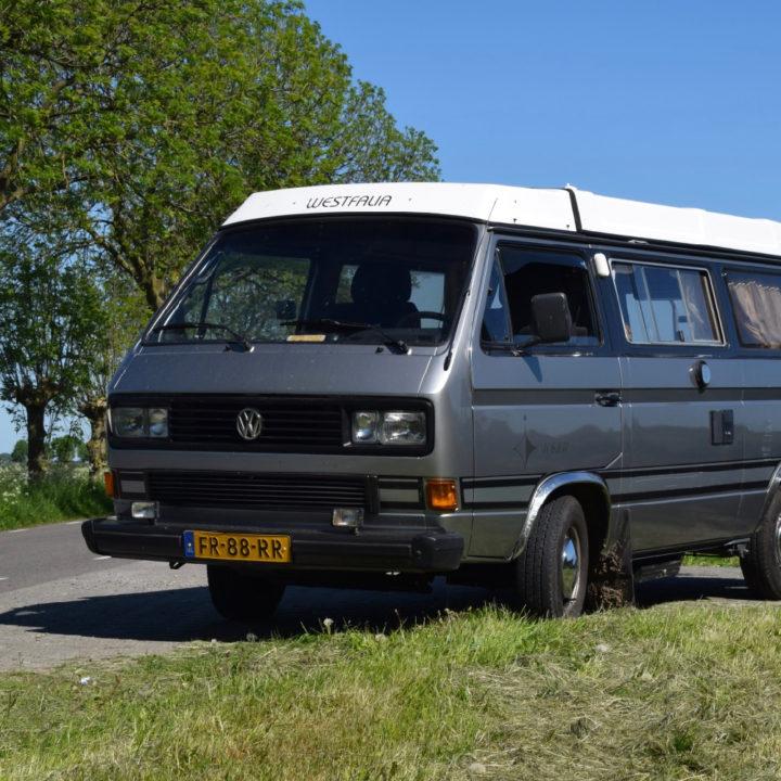 Een antraciet kleurige VW camper